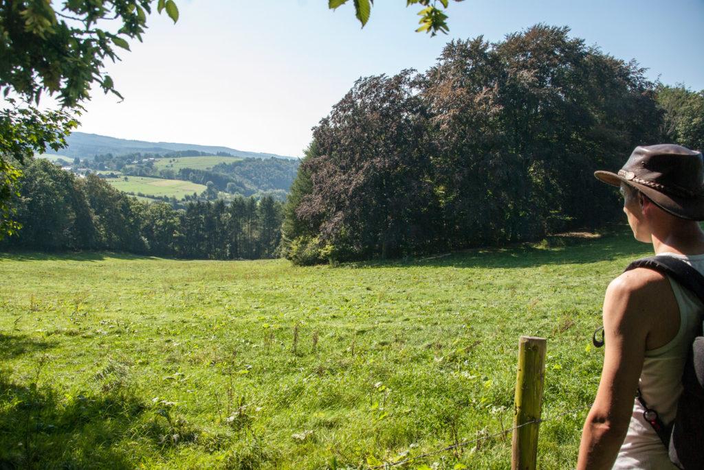 Onderaan het kasteel Froidcourt (aan Anton's rugzijde)